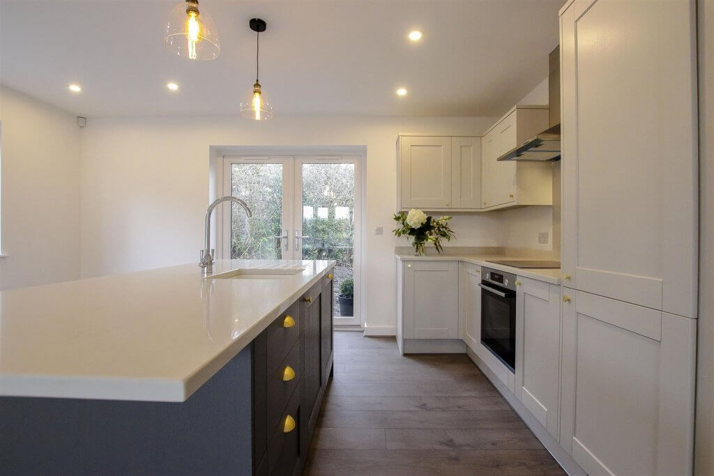 Stunning kitchen with bosch cooking appliances and quartz top